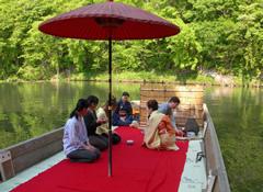 新緑の風を受けながら茶席舟